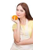 Bella donna che tiene una frutta arancione Immagine Stock Libera da Diritti