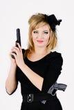 Bella donna che tiene una pistola fotografie stock
