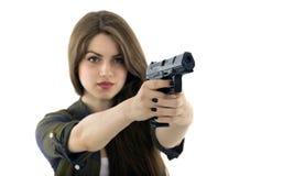 Bella donna che tiene una pistola su fondo bianco fotografie stock libere da diritti