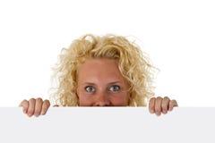 Bella donna che tiene una scheda di messaggio in bianco Fotografie Stock Libere da Diritti