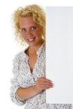 Bella donna che tiene una scheda di messaggio in bianco Fotografia Stock Libera da Diritti