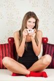 Bella donna che tiene una tazza del Giappone di un tè Fotografie Stock