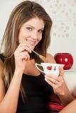 Bella donna che tiene una tazza del Giappone di un tè con Fotografia Stock