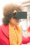 Bella donna che usando i vetri alta tecnologia di realtà virtuale all'aperto Immagini Stock