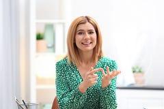 Bella donna che usando video chiacchierata per la conversazione fotografia stock