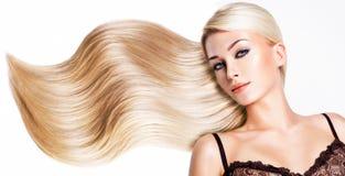 Bella donna con capelli bianchi lunghi. Fotografie Stock Libere da Diritti