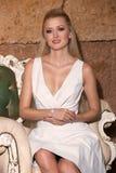Bella donna con capelli biondi lunghi che sorride in un vestito Fotografia Stock
