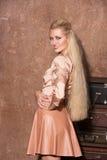 Bella donna con capelli biondi lunghi che sorride in un vestito Fotografie Stock Libere da Diritti