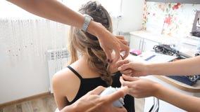 Bella donna con capelli diritti lunghi Donna felice al salone di capelli Donna che fa i hairdress e un trucco stock footage