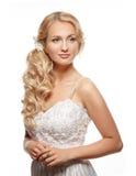Bella donna con capelli lunghi che portano vestito da sposa lussuoso fotografia stock