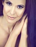 Bella donna con capelli marroni lunghi Fotografia Stock Libera da Diritti