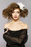 Bella donna con capelli marroni lunghi sani e trucco fresco Immagini Stock