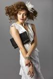 Bella donna con capelli marroni lunghi sani e trucco fresco hairstyle Non isolato su fondo grigio Immagini Stock Libere da Diritti