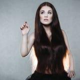 Bella donna con capelli molto lunghi fotografia stock libera da diritti
