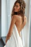 Bella donna con capelli nudi e pelle posteriori e bagnati dopo il bagno Immagine Stock