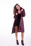 Bella donna, con capelli ricci, con il cappotto di inverno Immagini Stock Libere da Diritti
