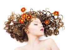 Bella donna con capelli ricci lunghi Fotografia Stock
