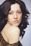 Bella donna con capelli ricci lunghi. Fotografia Stock