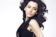 Bella donna con capelli ricci lunghi. Fotografie Stock