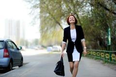 Bella donna con capelli rossi sulla via Immagine Stock