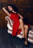 Bella donna con capelli scuri che portano vestito rosso elegante fotografie stock libere da diritti