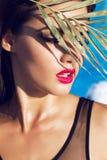 Bella donna con capelli scuri che si rilassano accanto alla piscina Immagine Stock Libera da Diritti