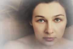 Bella donna con gli occhi espressivi sensuali fotografie stock libere da diritti
