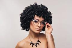 Bella donna con gli occhiali immagine stock