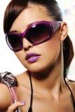 Bella donna con gli occhiali da sole viola di modo Fotografie Stock