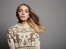 Bella donna con i capelli di volo in pullover di inverno Ragazza bionda di bellezza Fotografie Stock Libere da Diritti