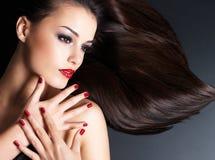 Bella donna con i capelli diritti marroni lunghi Fotografia Stock Libera da Diritti