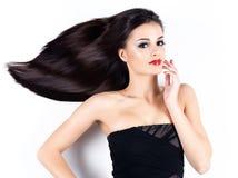 Bella donna con i capelli diritti marroni lunghi Fotografia Stock