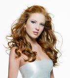 Bella donna con i capelli riccio-intestati lunghi Immagini Stock Libere da Diritti
