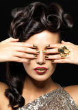 Bella donna con i chiodi dorati Fotografia Stock Libera da Diritti
