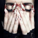 Bella donna con i chiodi lunghi del progettista Immagine Stock