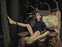 Bella donna con i corni sulle scarpe fotografie stock
