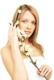 Bella donna con i fiori della sorgente Fotografia Stock