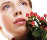 Bella donna con i fiori rossi Immagini Stock