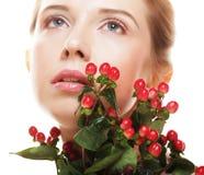 Bella donna con i fiori rossi Fotografie Stock Libere da Diritti