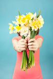 Bella donna con i fiori su fondo blu Immagini Stock