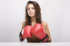 Bella donna con i guanti di inscatolamento rossi Fotografia Stock