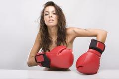 Bella donna con i guanti di inscatolamento rossi Fotografie Stock Libere da Diritti