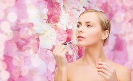 Bella donna con i lipgloss Fotografia Stock