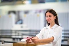 Bella donna con i passaporti ed i passaggi di imbarco Fotografia Stock