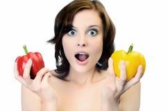 Bella donna con i peperoni luminosi Fotografia Stock Libera da Diritti