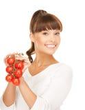 Bella donna con i pomodori brillanti Fotografia Stock Libera da Diritti