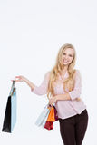 Bella donna con i sacchetti della spesa immagini stock