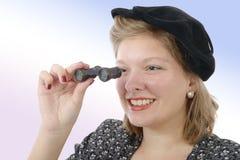 Bella donna con i vestiti d'annata ed i binocoli da teatro Fotografia Stock