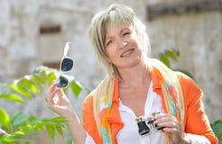 Bella donna con il binocolo ed i vetri di sole Fotografie Stock Libere da Diritti