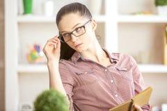 Bella donna con il blocchetto per appunti Fotografie Stock